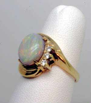 Ring 14K, Opal surrounded by Rubies
