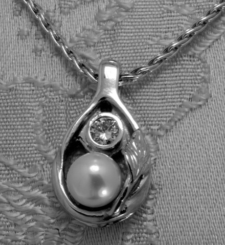 Platinum Pendant with Pearl and Diamond