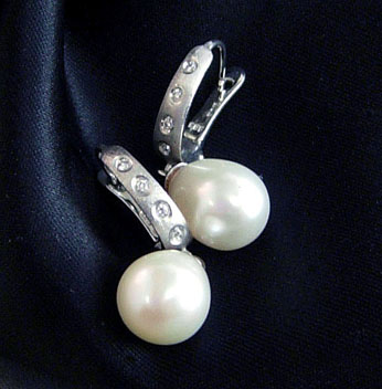 Teardrop Freshwater Cul. Pearl White Gold Earrings