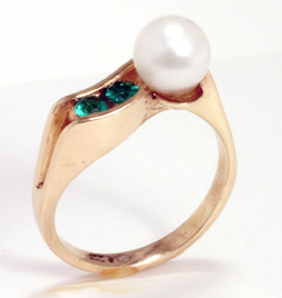 14 K Gold Ring with Akoya Cult. Pearl and Emeralds